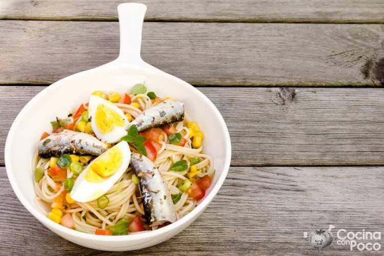 ensalada de pasta con sardinas