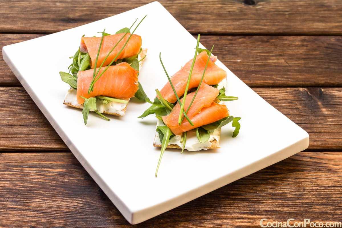 Tosta de salm n ahumado salmondenoruega cocina con poco - Tapas con salmon ahumado ...