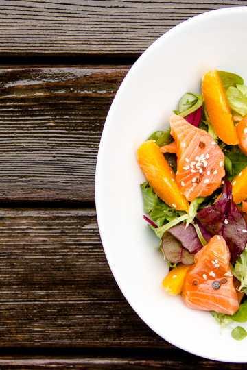 Ensalada mediterránea de sashimi de salmón