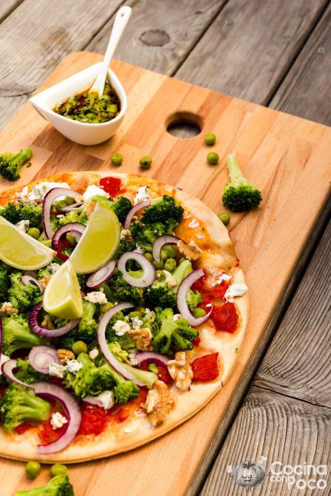 Pizza vegetal de brócoli, guisantes y queso azul