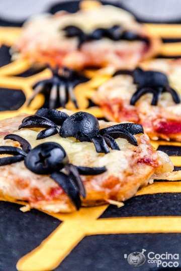 Mini pizza de araña receta de Halloween