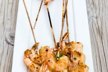 brochetas de langostinos marinados con salsa de ostras