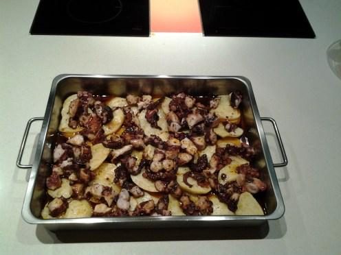pulpo a feira al horno - añadimos el aceite infusionado con ajo y pimentón