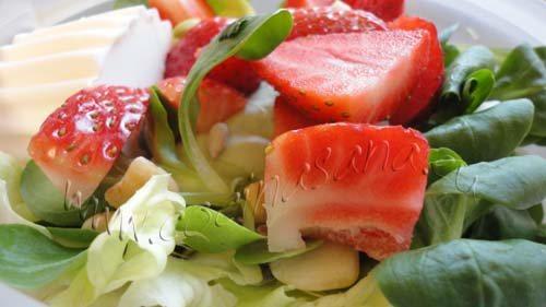 Ensalada de brotes frescos, fresas y almendras: sencilla y original!