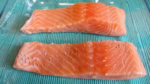 Salmón al horno con limón: parte el pescado en dos