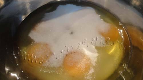 Bizcocho de yogurt: Bate los huevos con el azúcar