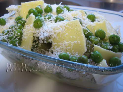 Guisantes, queso para fundir y parmesano rallado