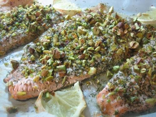 Trucha arcoíris con pistachos: hornea la trucha a 180º durante unos 10-15 minutos