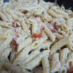 escurre la pasta y saltéala con el salmón y con el parmigiano rallado
