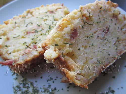 el pastel en lonchas, después de haber echado un poco de aceite de oliva y de perejil picado