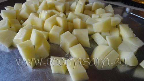 Corta la patata y las judías en trozos de tamaño parecido, para que cuezan en manera homogénea