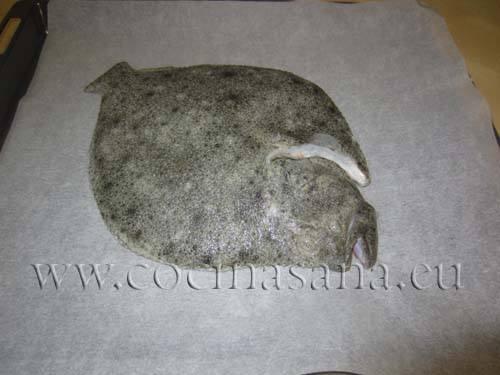 Coloca el rodaballo encima de una priemra capa de patatas