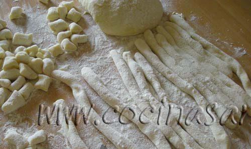 Corta las tiras en trocitos de 1.5-2 cm el puré de papa