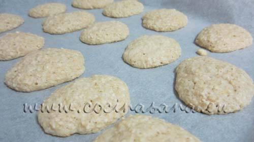 Hornea en el horno precalentado a 180°C durante 15-20 minutos hasta que las galletas estén firmes y tenga un color ligeramente dorado.