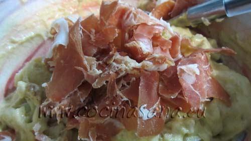 añade el jamón serrano en tiras a la mezcla y combinar muy bien para lograr que se incorpore de manera uniforme