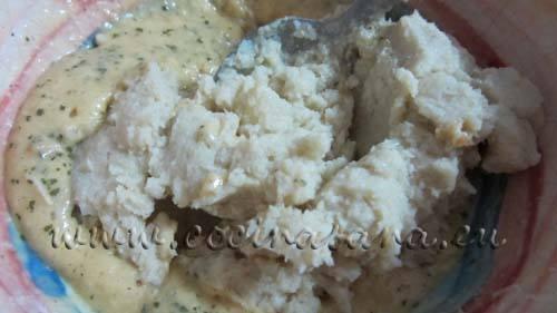 Bate la coliflor cocida con una batidora eléctrica  hasta obtener una crema homogénea