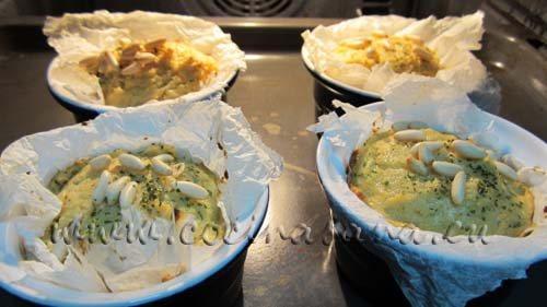 Echa encima el resto de los piñones y el perejil para terminar la receta de este delicioso y muy fácil flan.
