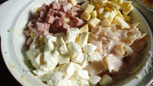 Añade los dos tipos de mozzarella y el jamón cortados en cubitos, la nuez moscada, la sal, el perejil y la pimienta