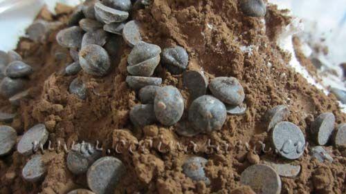 añadir las gotas de chocolate y mezclar en la preparación asegúrate de distribuir adecuadamente la preparación.