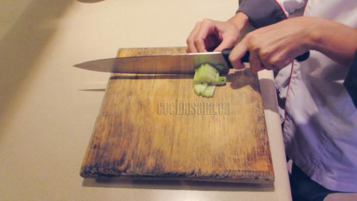 Los trozos de las verduras picadas deben ser regulares para que sea fácil comer el cebiche
