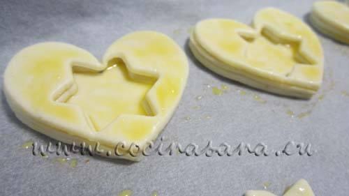 extiende un poco de yema batida entre capa y capa y también encima de la última capa para que se unan adecuadamente y también para que tomen un ligero color dorado al momento de hornearse.