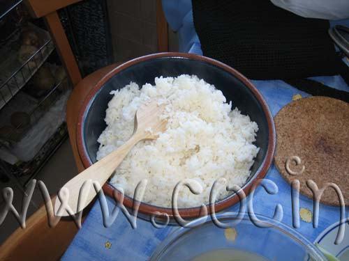 Agrega entonces el arroz y la mezcla, mezclando muy suavemente con una cuchara de madera, hasta que el arroz esté brillante