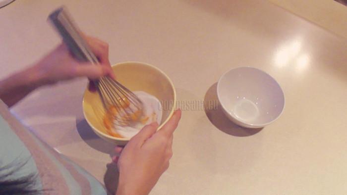 Mezcla azúcar con las yemas