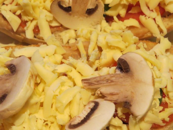 Puedes colocar más ingredientes encima del queso