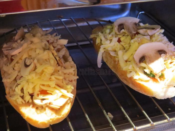 gratina los molletes, hasta que el queso se funda muy bien y el pan este un poco crujiente