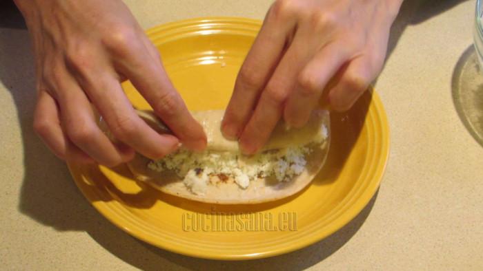 Rellena las tortillas con pollo y queso