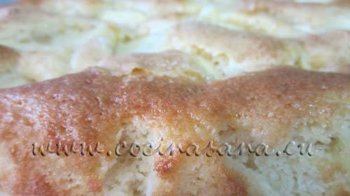 Echa encima de la tarta las manzanas peladas y cortadas en lonchitas finitas.