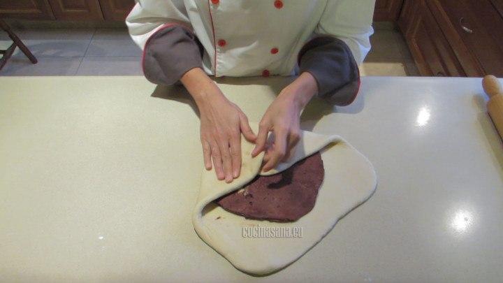 Estirar la masa y colocar la mantequilla, seguir los pasos de como preparar el hojaldre.