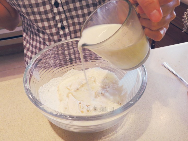 Agrega aceite, sal y la leche