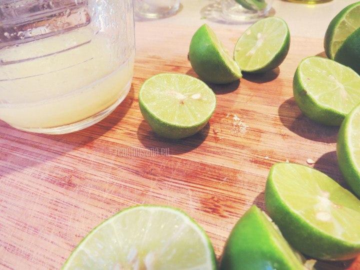 Exprimir los limones y diluir la sal en el jugo.