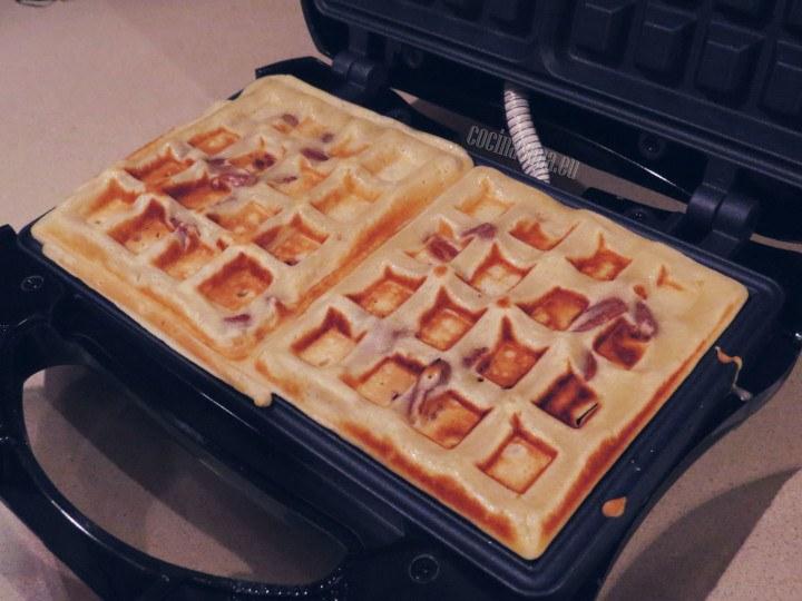 Cocer los waffles hasta que estén dorados.