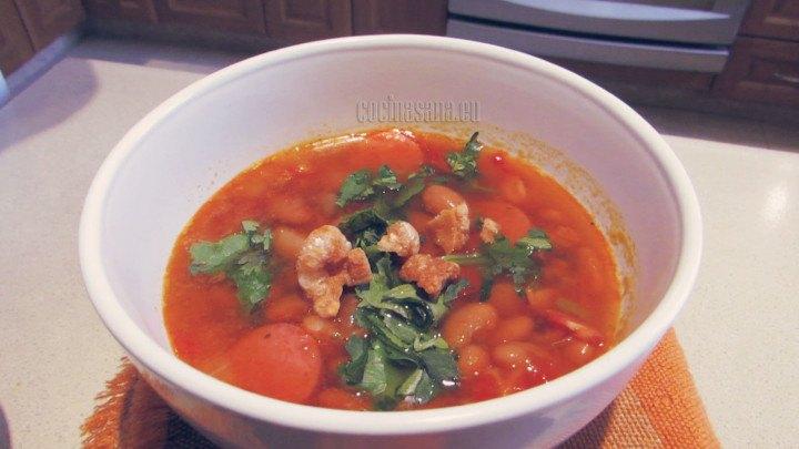 Añadir el Chicharrón y el Cilantro picado al momento de servir la receta.