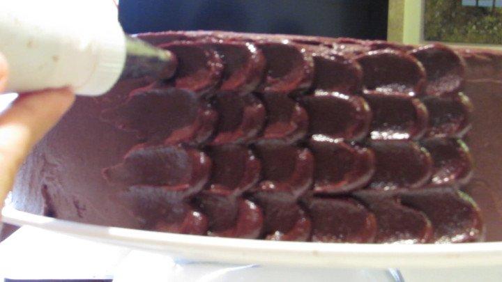 Decorar el pastel con el glaseado de chocolate y mantequilla