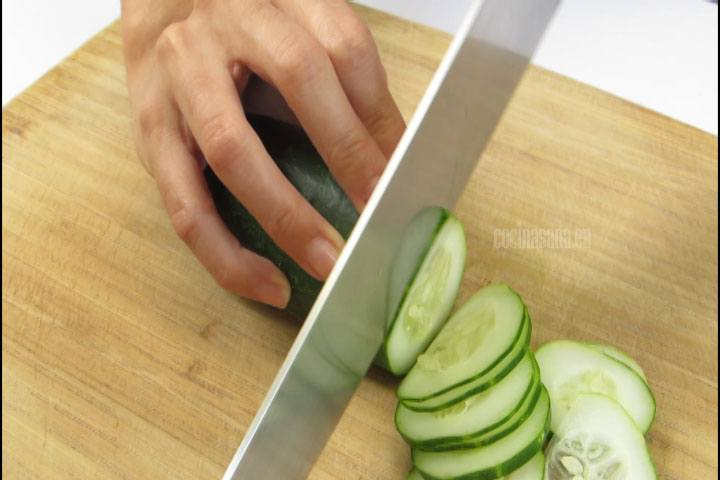 Picar las verduras, cortar en rodajas el pepino para elaborar la ensalada