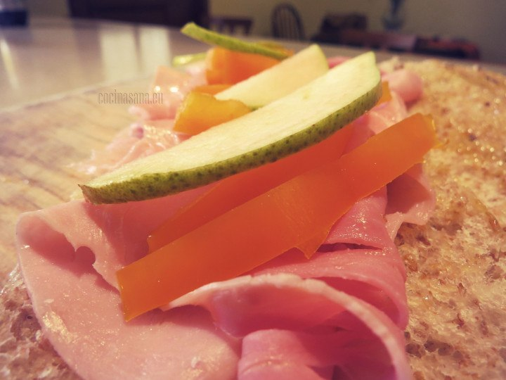 Colocar el relleno en el pan para elaborar el emparedado