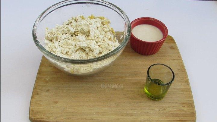 Agregar el aceite y la mezcla de levadura a la preparación.