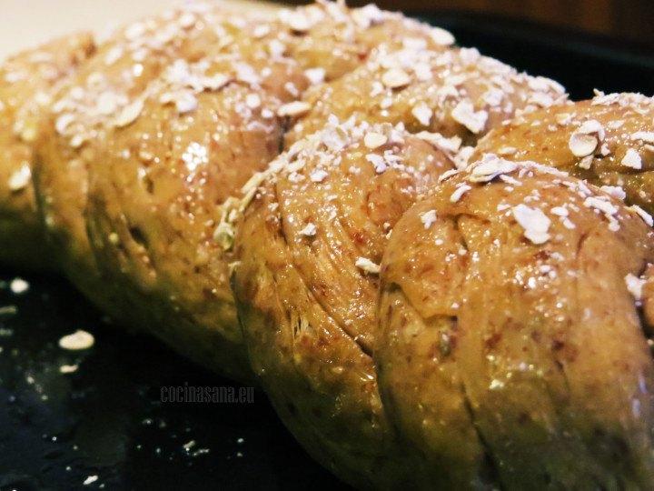 Espolvorea con la avena y hornea a 190 °c por 30 minutos la trenza de pan de centeno