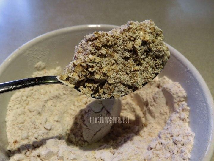 Mezclar la harina con la avena y combinar con la ayuda de una cuchara