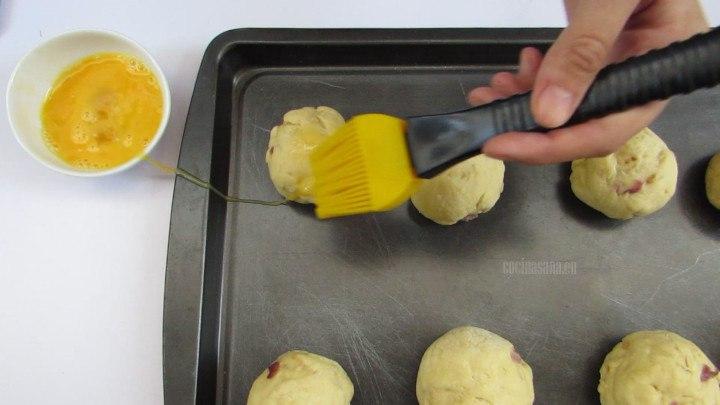 Barnizar con el huevo batido las porciones del pan  y hornear a 190°c  por 20 a 30 min.