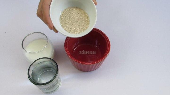 Mezlcar la levadura con la leche y el agua y dejar reposar por alrededor de 10 minutos
