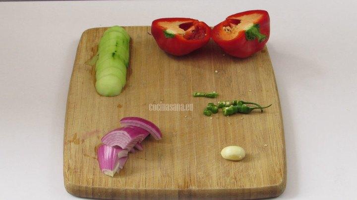 Picar las verduras en trozos o cuartos para añadir a la mezcla y preparar el gazpacho