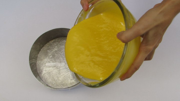 Colocar en el molde la mezcla del mousse, se puede usar un aro de repostería o un molde para gelatina