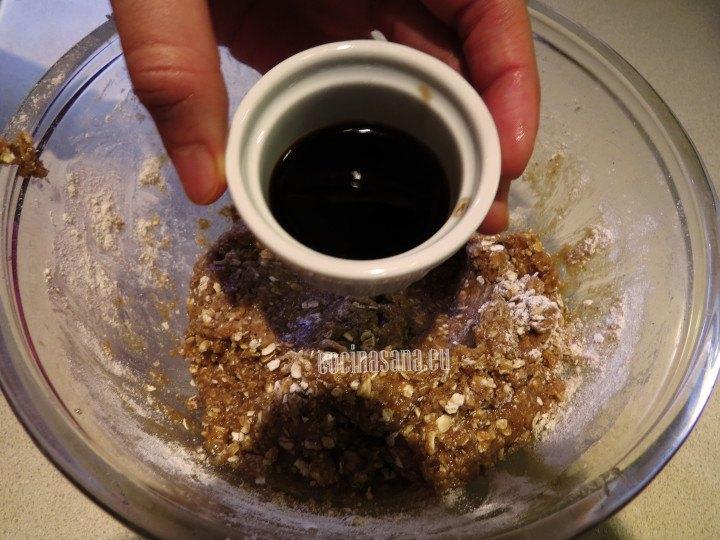 Añade la vainilla a la mezcla de avena y zanahoria para darle más sabor y aromatizar