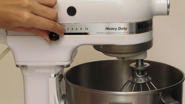 Batir las claras con la sal hasta que tengan una consistencia de picos firmes