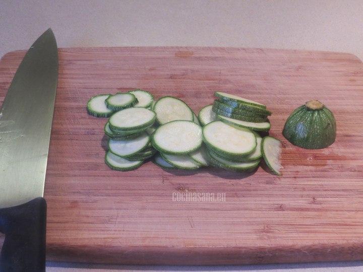 Picar la anahoria, cebolla y la calabacita o el calabacín en trozos o rebanadas finas.