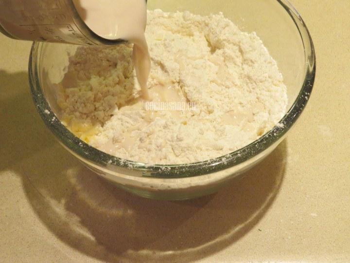 Agregar la mezcla de levadura y amasar con el resto de los ingredientes